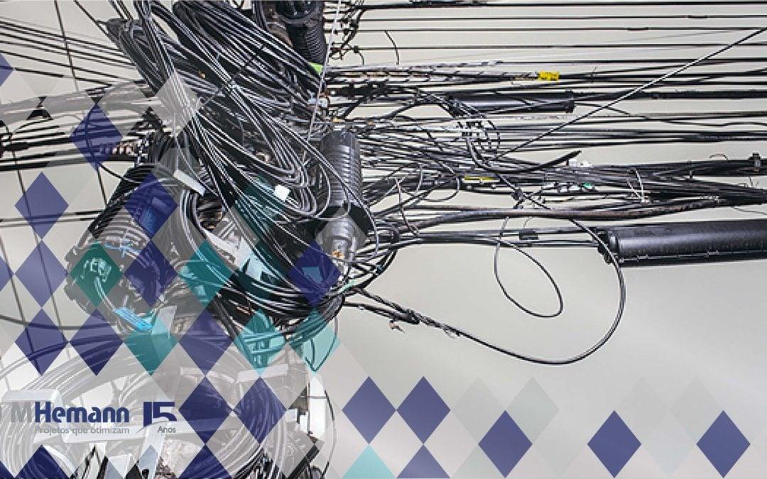 Coelba reinicia operação de ordenamento de cabos de telecomunicações em postes